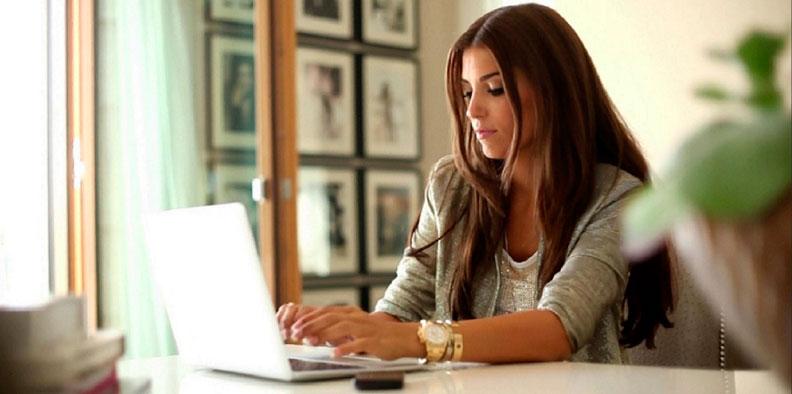 работа девушки за компьютером